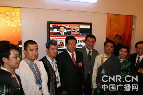 3月13日,中共中央政治局常委、全国政协主席贾庆林来到位于人民大会堂的中广网网络直播室视察工作,并与中央台少数民族语言主持人合影留念。