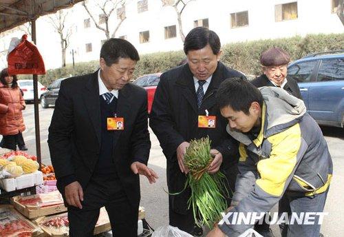 图文:人大代表在蔬菜水果摊调研民生