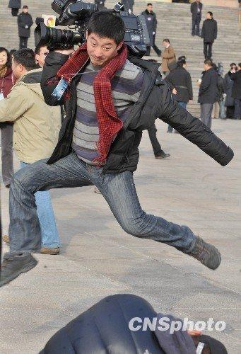 图文:记者采访闭幕会后做飞跃动作(图)