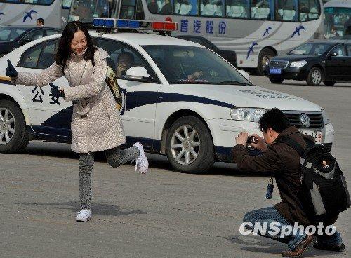 图文:女记者闭幕会后摆姿势留影