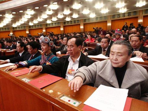 图文:全国人大代表在按表决器进行投票