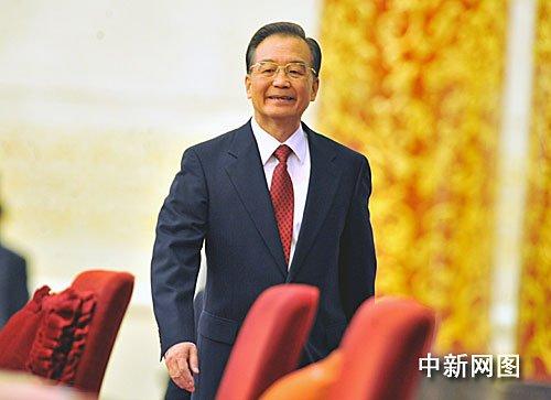 3月14日,国务院总理温家宝在北京人民大会堂的金色大厅与采访十一届全国人大三次会议的中外记者见面并回答记者提出的问题。温家宝总理阔步走进金色大厅。 (贾国荣摄)