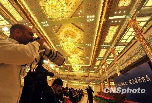 外国摄影记者聚焦金色大厅。 (贾国荣摄)
