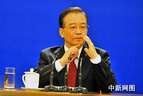 国务院总理温家宝回答中外记者的提问。 (贾国荣摄)
