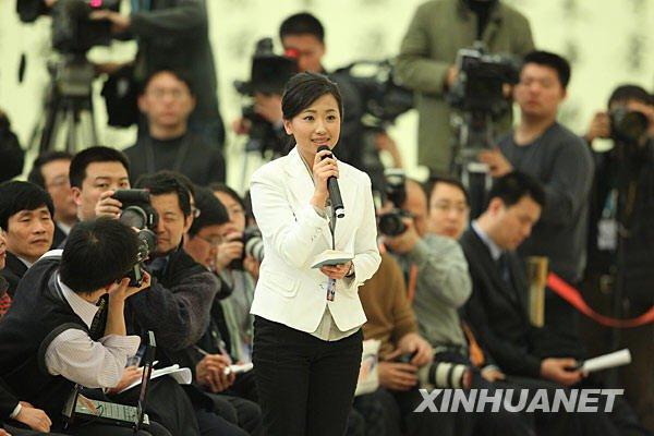这是一名记者在现场提问。新华社记者邢广利摄