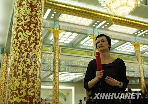 这是一名记者在现场进行报道。新华社记者邢广利摄