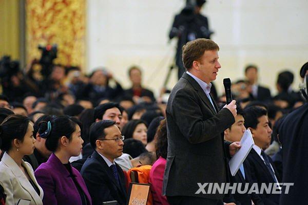 这是一名外国记者在提问。 新华社记者金良快摄