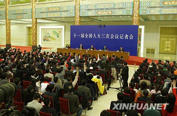 这是记者在现场踊跃举手请求提问。 新华社记者邢广利摄