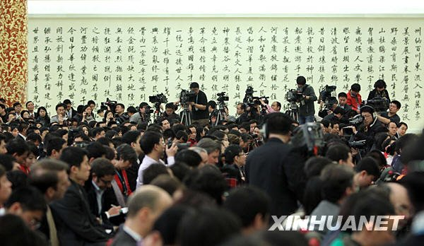这是记者在现场采访。新华社记者费茂华摄