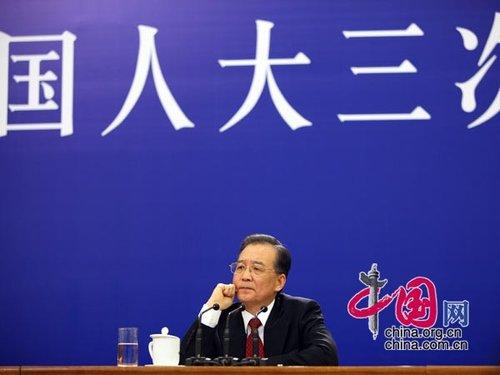 图文:温总理倾听记者提问