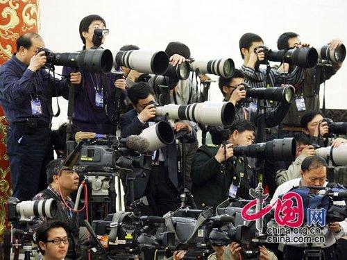 图文:中外众多媒体聚焦温总理答记者会