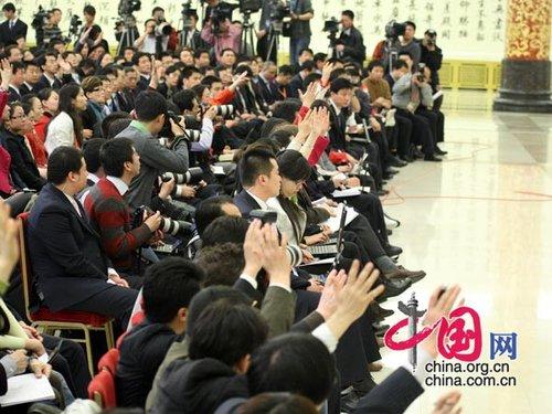 图文:温家宝总理记者会上与会记者争相提问