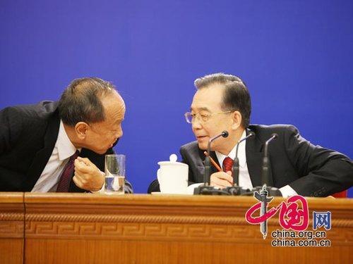 图文:李肇星与温家宝总理会上沟通