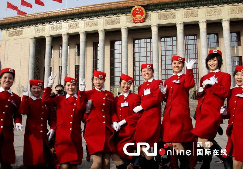 2010年3月13日上午,全国政协十一届三次会议在北京闭幕。礼仪小姐在人民大会堂外合影。
