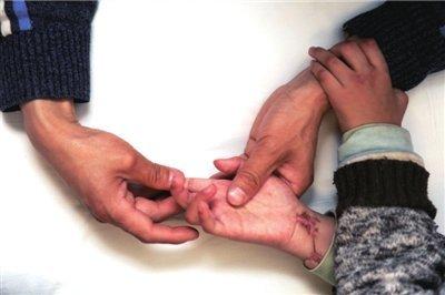 养母砍断男童双手抛入茅坑(组图)