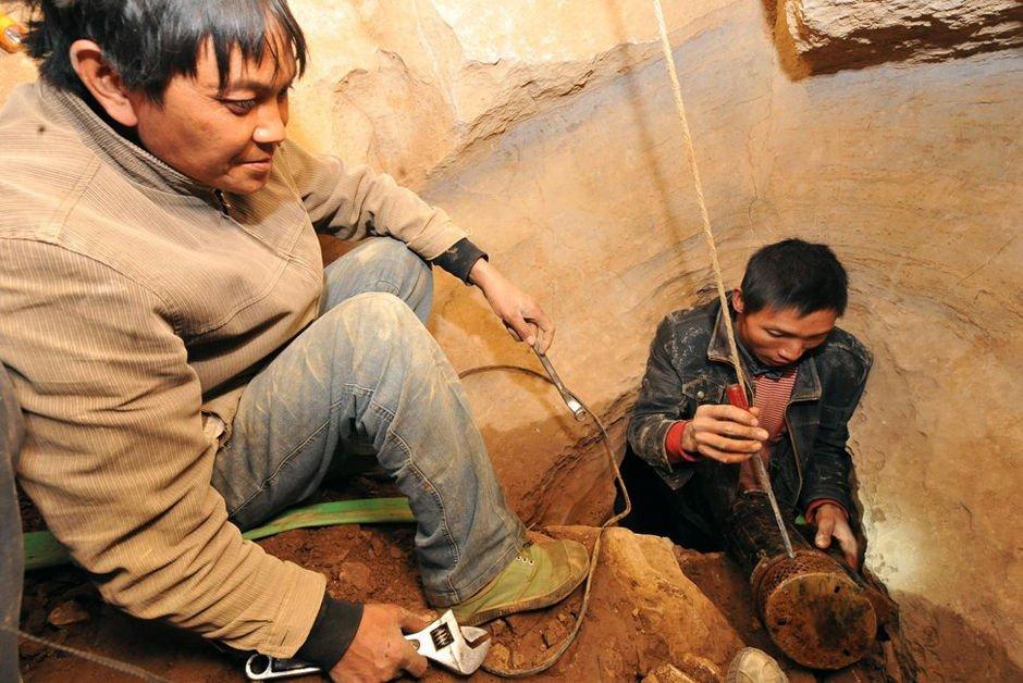 组图:云南遭遇大旱 村民地缝觅水 儿童身背大桶排队领水[8P]