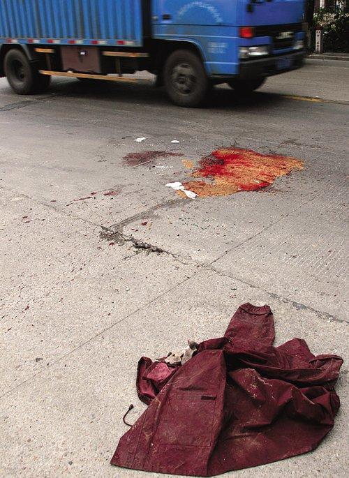 车祸现场留下死者的外套和一地血迹 郑 迅 苏俊杰 摄