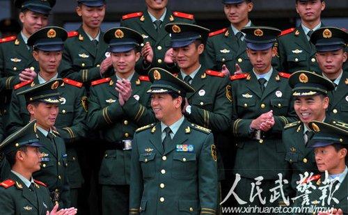 代表丁晓兵深入武警警营宣讲两会精神图片