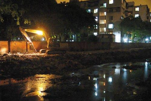 每晚10时许,楼下一墙之隔的河涌整治工程工地就准时开工,几乎晚晚干到