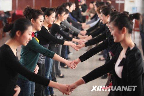 组图:上海世博会山东馆开始培训礼仪人员