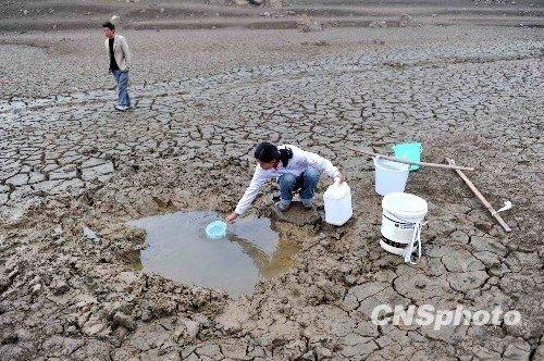中央气象台继续发布干旱预警 各界全力抗旱