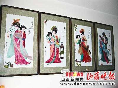 退休后,王尧华迷恋上了布贴画手艺,并且自己琢磨用碎布头拼出了古典