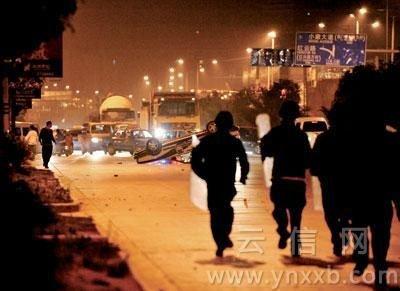 昆明发生民众与城管冲突事件 多辆执法车被掀