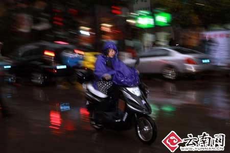昆明市区28日下午再降阵雨(组图)