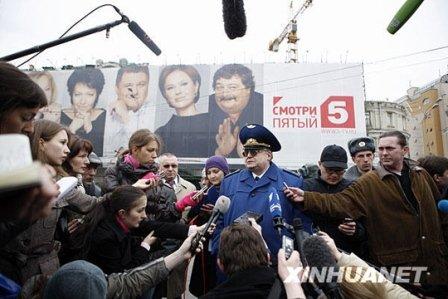 3月29日,在俄罗斯首都莫斯科,一位安全负责人在卢比扬卡地铁站附近接受记者采访。