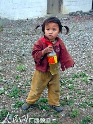 组图:广旱灾区小女孩抱着装满昏黄池水饮料瓶