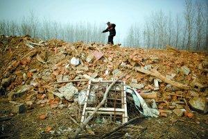 昨日,江苏东海县黄川镇,死者亲属站在强拆后的废墟上。本报记者 王申 摄