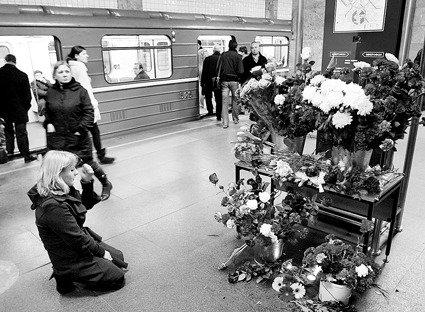 3月29日,在俄罗斯首都莫斯科的文化公园地铁站,市民为恐怖袭击事件遇难者祷告