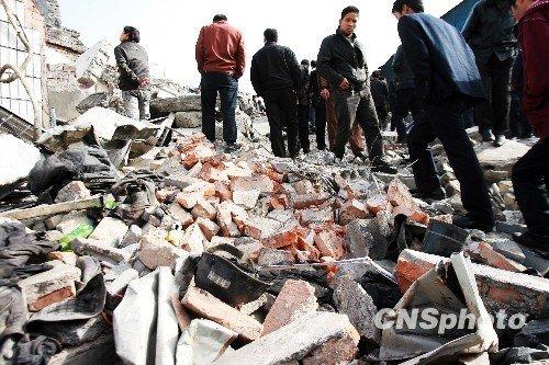 直击伊川煤矿爆炸:随处可见破碎的矿工帽
