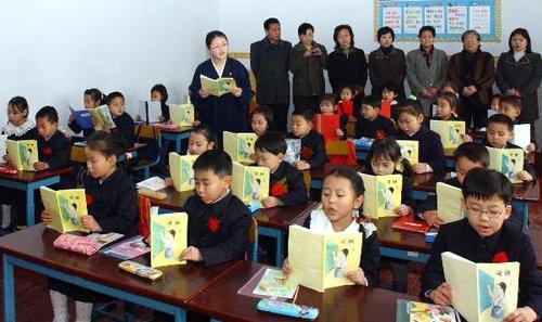 校服:朝鲜小学生穿问题戴学期植树新组图开始红花年级小学三图片