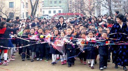 学期:朝鲜小学生穿校服戴红花开始新小学作文辅导《组图》图片