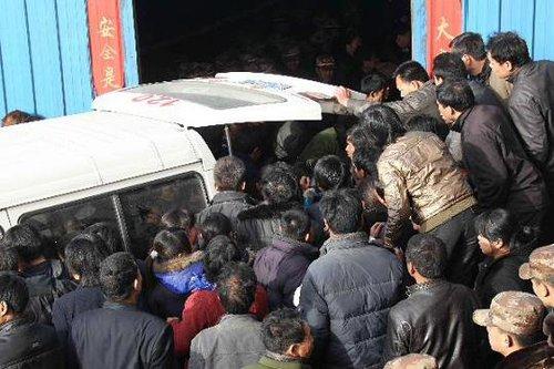 河南伊川矿难12名遇难矿工的遗体升井