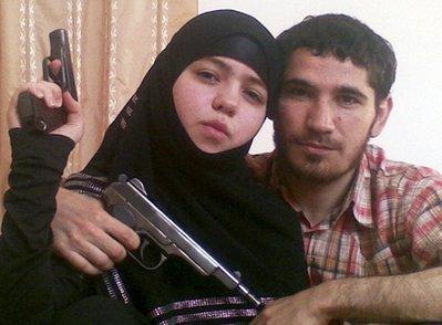 """2010年4月2日,俄罗斯媒体报道,调查人员已确认莫斯科地铁爆炸案一名自杀袭击者身份。这名女""""人弹""""年仅17岁,名叫德兹内特·阿卜杜拉赫曼诺娃,来自北高加索地区达吉斯坦共和国,她的丈夫乌玛拉特·穆罕默多夫是一名反政府武装人员,去年死于一次特别行动。"""