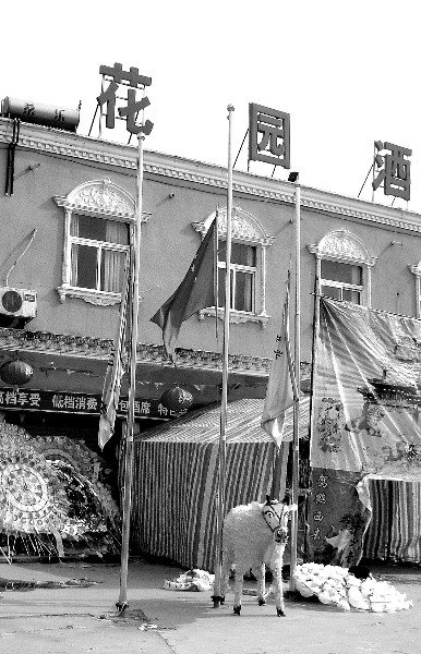 老板母亲去世后酒店门口国旗被降成半旗(图)