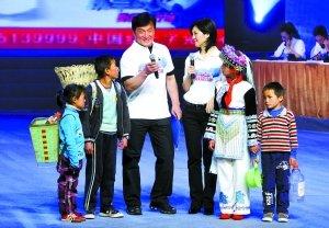 成龙和几个为家人省水喝的云南灾区小朋友一起走上舞台。本版摄影/本报记者 郭延冰