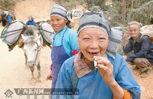 组图:广西瑶族女子马帮队找水自救