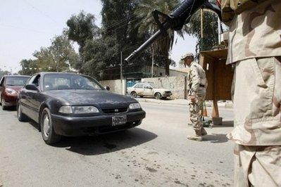 伊拉克士兵在检查点拦住过往汽车