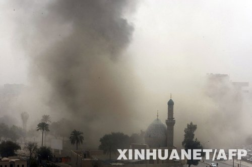 4月4日,在伊拉克首都巴格达,遭到爆炸袭击的地点上空升起浓烟。当日上午,巴格达市中心发生3次剧烈爆炸,其中两次爆炸分别发生在新华社巴格达分社中方人员驻地和当地雇员办公室附近。此外,中国驻伊拉克大使馆多个房间也遭波及。目前没有中方人员伤亡的消息。 新华社/法新