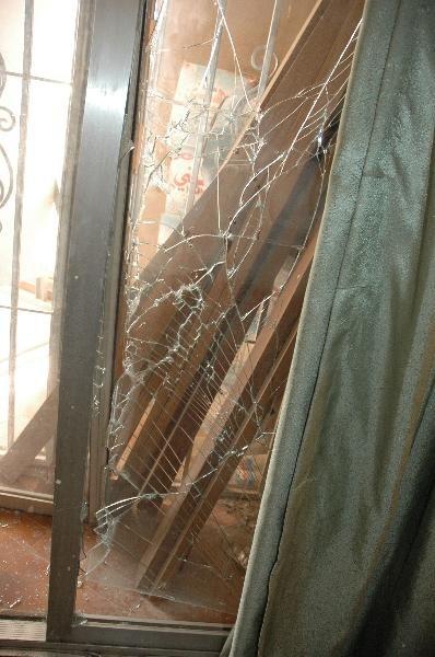 4月4日,在伊拉克首都巴格达,中国驻伊使馆一房间贴有防爆膜的玻璃在爆炸中被震碎。新华社记者李来房摄