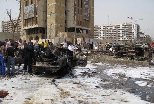 4月4日,在伊拉克首都巴格达市内的伊朗驻伊拉克大使馆附近,人们聚集在遭到爆炸袭击的地点。伊拉克安全人员说,当天在巴格达发生的3起爆炸是针对埃及和伊朗大使馆的自杀式汽车炸弹爆炸。巴格达市中心当日上午发生3起严重爆炸袭击和多次迫击炮弹袭击,目前已导致至少30人死亡、168人受伤。新华社/法新