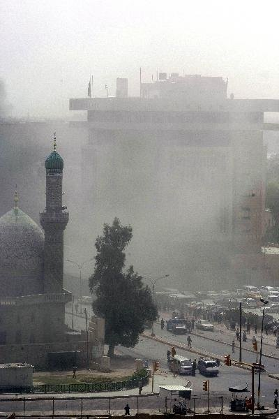 4月4日,在伊拉克首都巴格达,遭到爆炸袭击的地点上空升起浓烟。伊拉克安全人员说,当天在巴格达发生的3起爆炸是针对埃及和伊朗大使馆的自杀式汽车炸弹爆炸。巴格达市中心当日上午发生3起严重爆炸袭击和多次迫击炮弹袭击,目前已导致至少30人死亡、168人受伤。新华社/法新