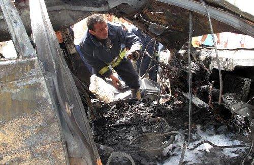 4月4日,在伊拉克首都巴格达市内的伊朗驻伊拉克大使馆附近,救援人员查看遭到爆炸袭击的地点。伊拉克安全人员说,当天在巴格达发生的3起爆炸是针对埃及和伊朗大使馆的自杀式汽车炸弹爆炸。巴格达市中心当日上午发生3起严重爆炸袭击和多次迫击炮弹袭击,目前已导致至少30人死亡、168人受伤。新华社/法新