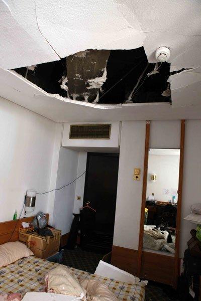 4月4日,在伊拉克首都巴格达,新华社驻巴格达分社记者的房间在爆炸中受损严重。新华社记者徐俨俨摄