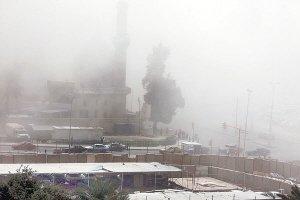 遭到爆炸袭击的地点上空升起浓烟