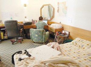 新华社记者在爆炸受损的房间中抢发稿件