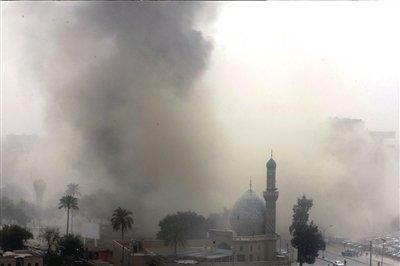 4日,巴格达市中心被爆炸造成的浓烟笼罩。新华社/法新